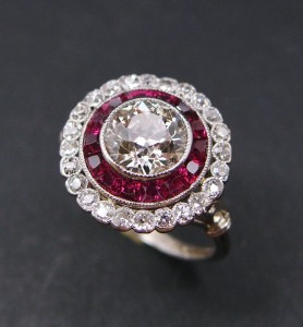 Bague double entourage en platine et diamants calibrés « 1900 ».